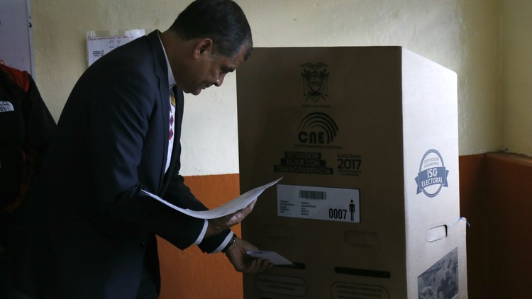 رئيس الإكوادور يدعو إلى احترام نتائج الانتخابات