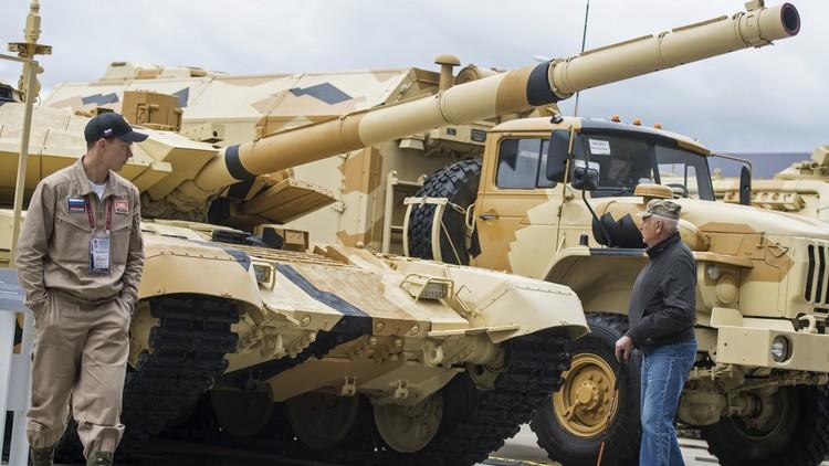 الدبابات الروسية تغزو الصحراء العربية