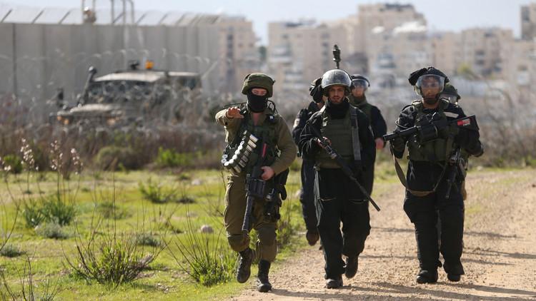 إسرائيل تعتقل فلسطينيا بتهمة الانتماء لـ