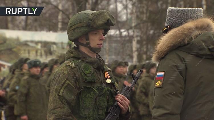 تكريم الجنود الروس العائدين من مهمة إزالة الألغام في حلب