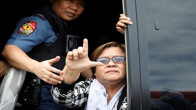 توقيف مسؤولة فلبينية وصفت الرئيس
