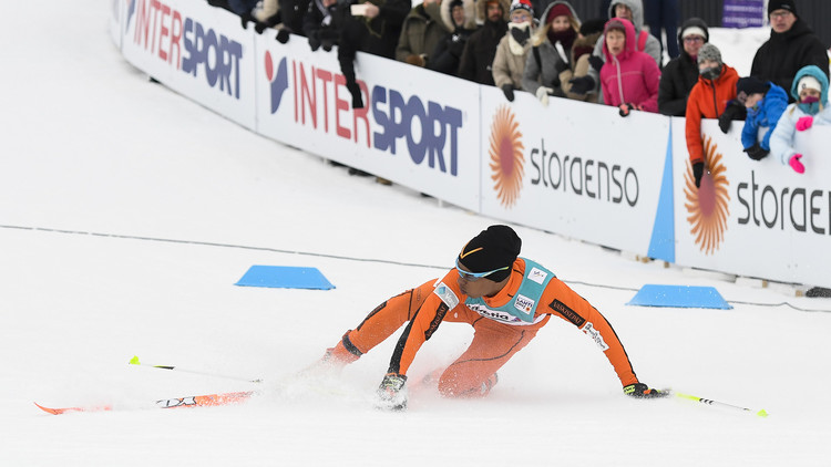 بالفيديو.. منافس في بطولة العالم للتزلج على الثلج للمرة الأولى في حياته