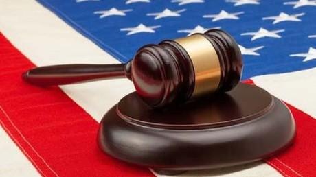 محاكم أمريكية تعلق العمل بقرار ترامب لحظر الهجرة