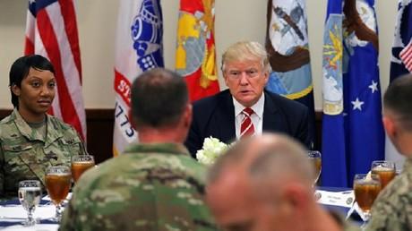 دونالد ترامب خلال زيارته لقاعدة ماكديل في تامبا بفلوريدا مقر القيادة العسكرية الأمريكية في الشرق الأوسط