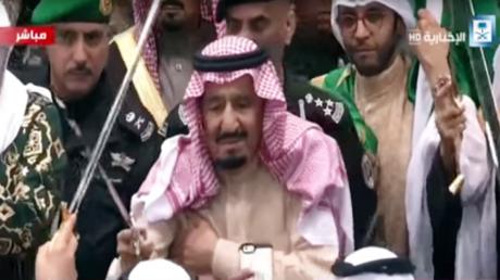 """العاهل السعودي يؤدي رقصة """"العرضة"""" في مهرجان """"الجنادرية"""""""