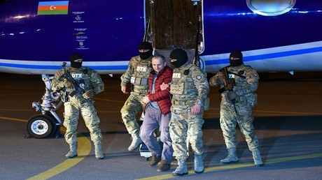 الكساندر لابشين أثناء تسليمه في مطار باكو