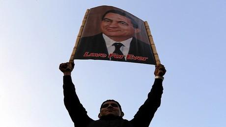 أحد مناصري حسني مبارك - أرشيف -