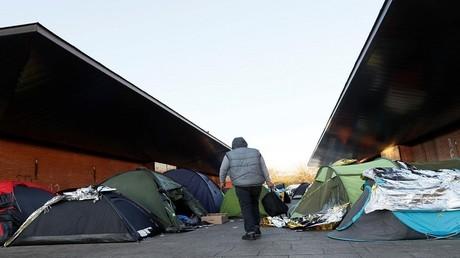 """الشرطة الفرنسية """"تسرق"""" أغطية اللاجئين لإجبارهم على الرحيل"""