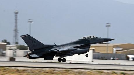 """قاذفة مقاتلة أمريكية من طراز """"F-16"""" تقلع من قاعدة بغرام قرب كابل لتنفيذ ضربات على مسلحي طالبان"""