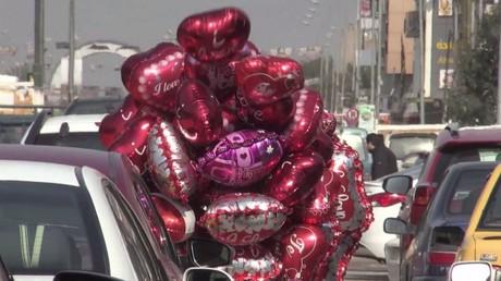 العشاق حول العالم يحتفلون بعيد الحب