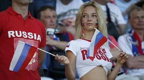 مشجعة روسية تشجع منتخب بلادها من مدرجات الملعب