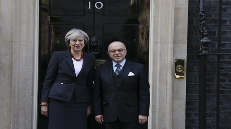 رئيسة الوزراء البريطانية تيريزا ماي ونظيرها الفرنسي برنار كازنوف