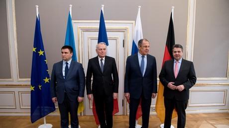 وزراء الخارجية الألماني زيغمار غابرييل والروسي سيرغي لافروف والفرنسي جان مارك إيرولت والأوكراني بافلو كليمكين.