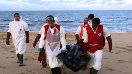 مسعفون من الهلال الأحمر الليبي ينقلون جثث مهاجرين قضوا غرقا  - صورة من الأرشيف