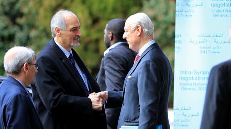 رئيس وفد الحكومة السورية إلى مفاوضات جنيف-4، بشار الجعفري، والمبعوث الأممي الخاص إلى سوريا، ستيفان دي ميستورا