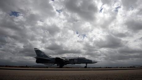 """قاذفة روسية من طراز """"سو-24 إم"""" في قاعدة حميميم بسوريا"""
