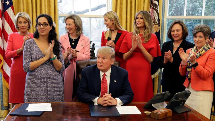 ترامب يوقع قانونا يدعم النساء