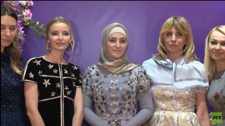 ابنة قاديروف تعرض مجموعة أزياء من تصميمها في غروزني