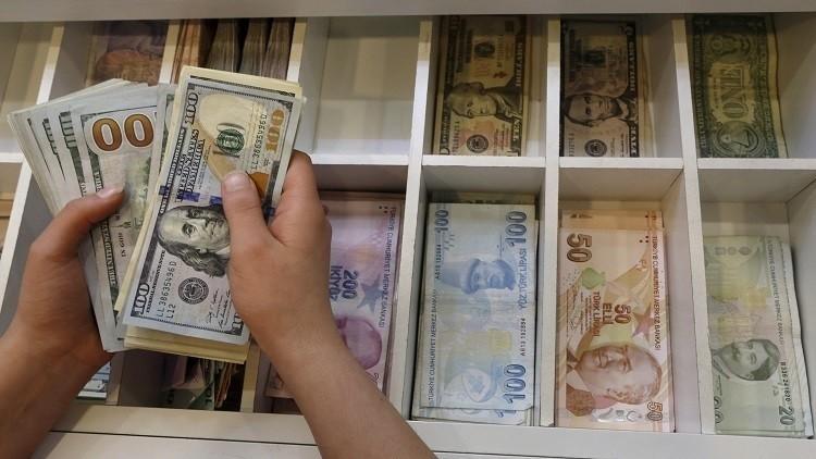 الليرة التركية تهوي أمام الدولار