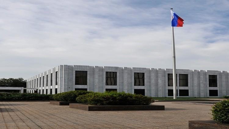 زاخاروفا تمازح السفير الأمريكي: لا تخالط الروس!