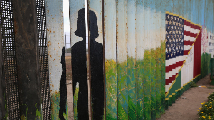 السلطات الأمريكية تهدد المكسيكيات بأغلى ما لديهن إن عبرن الحدود