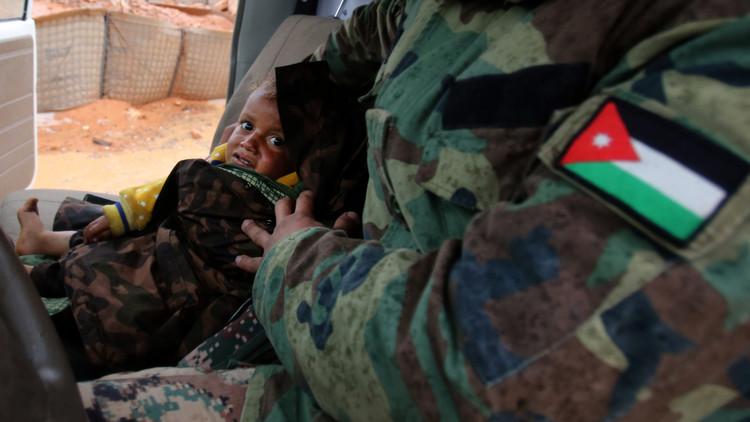 لمن هذا الطفل السوري الأشقر عند الساتر الترابي؟