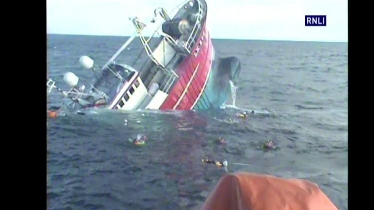 لحظة إنقاذ صيادين من سفينة غارقة قرب سواحل إسكتلندا