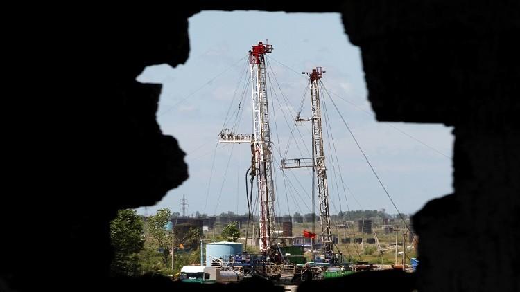 النفط يترنح قبيل اجتماع منتجي الخام بالولايات المتحدة