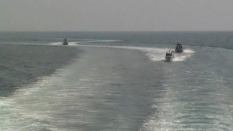 زوارق إيرانية تجبر سفينة أمريكية على تغيير مسارها في مضيق هرمز