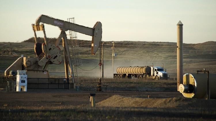 النفط ينخفض مدفوعا بقفزة في مخزونات الخام الأمريكية