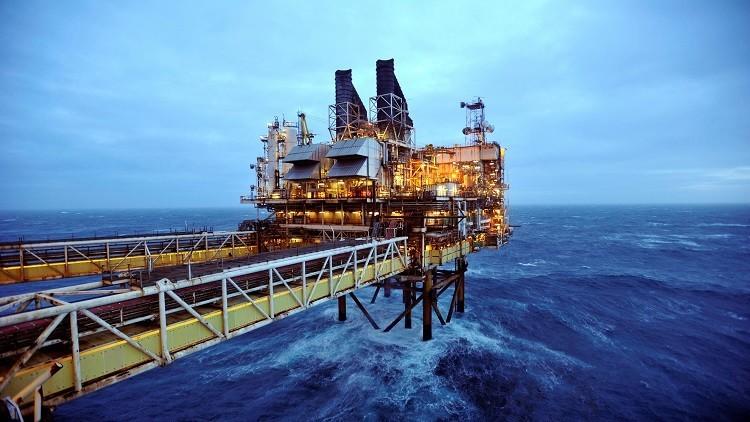 روسيا والإمارات تبحثان اتفاق خفض إنتاج النفط