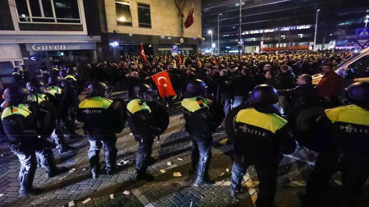 هولندا توقف 6 متظاهرين أتراك وتدعو رعاياها في تركيا إلى توخي الحذر