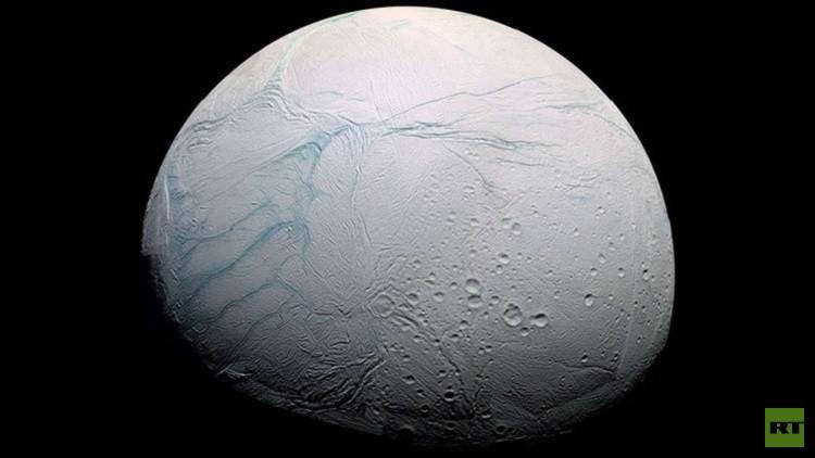 علماء الفلك يقدمون أدلة على وجود محيط مائي دافئ تحت سطح قمر زحل