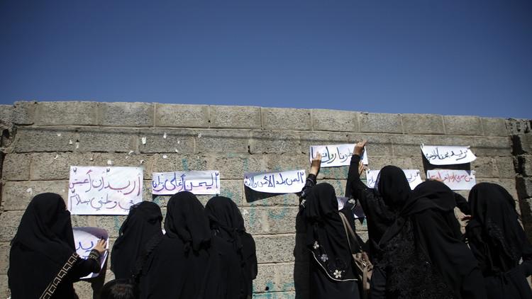 يمنيات يحتججن في صنعاء لوقف الحرب!