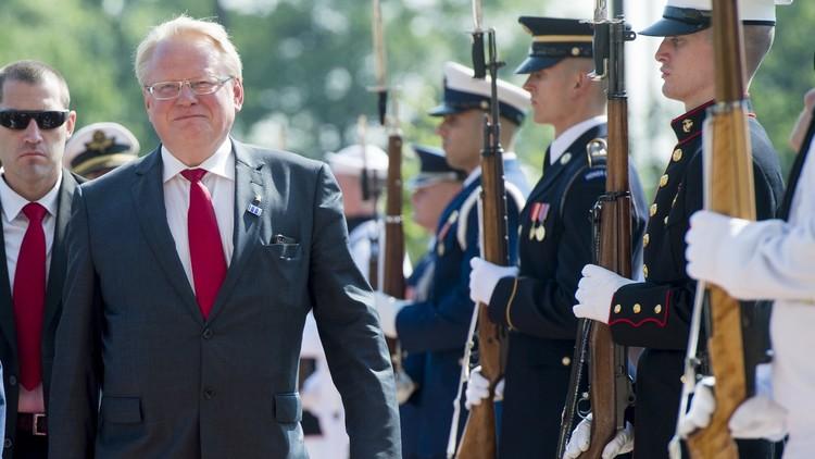 إجلاء وزير دفاع السويد من طائرة بسبب بلاغ عن قنبلة