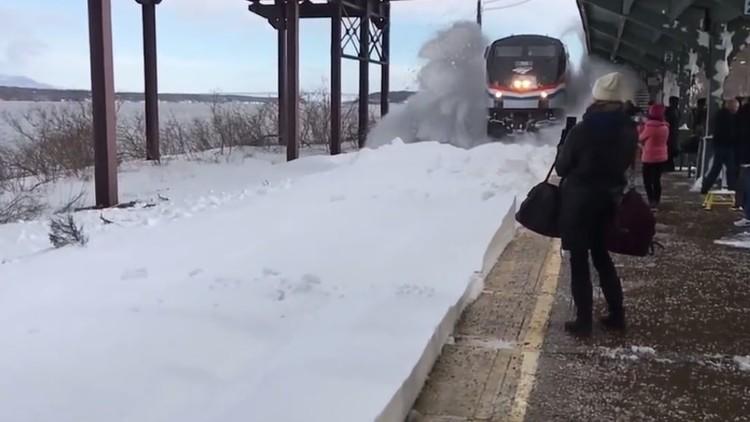 قطار سريع يغرق المسافرين بالثلوج (فيديو)