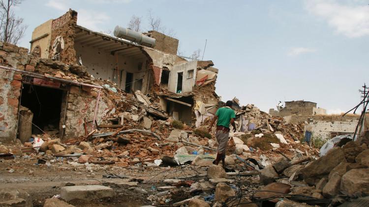 نجاة محافظ تعز من قصف للتحالف العربي