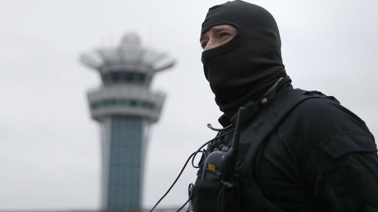 بماذا هتف مهاجم مطار باريس؟
