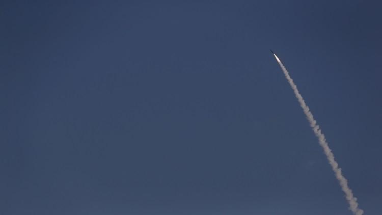 الدفاعات السعودية تعترض صاروخا باليستيا أطلقه الحوثيون نحو جازان