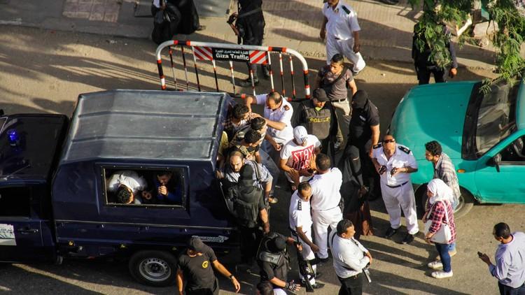 النيابة المصرية تحبس 3 ضباط شرطة على ذمة التحقيق