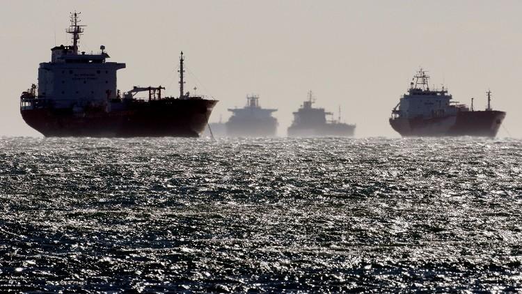 النفط يهبط بفعل المخزونات الأمريكية