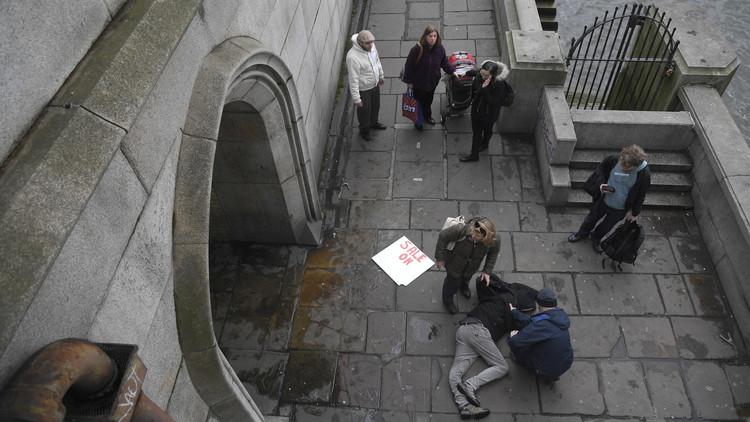 انتشال امرأة مصابة من نهر التايمز في لندن