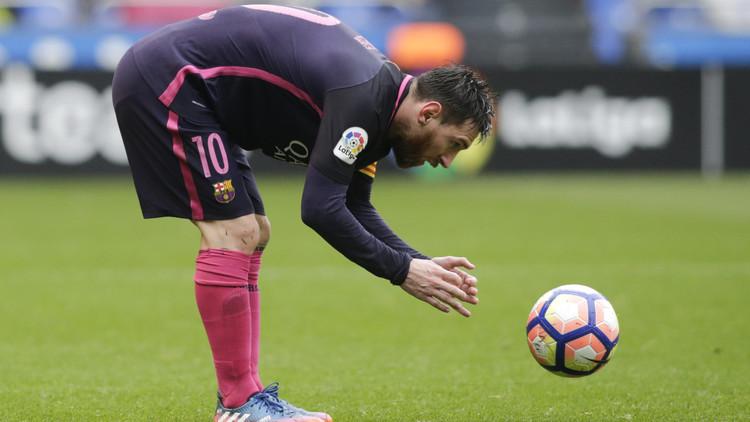 حكم مباراة برشلونة وفالنسيا ينسى تسجيل الإنذار بحق ميسي