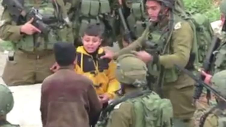 جنود إسرائيليون ينكلون بطفل فلسطيني
