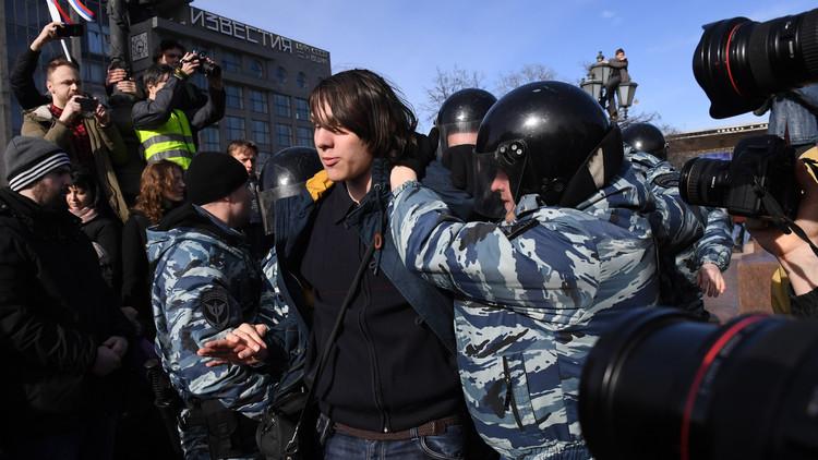 مصدر أمني: توقيف أكثر من 800 شخص في مظاهرة غير مرخصة وسط موسكو (فيديو)