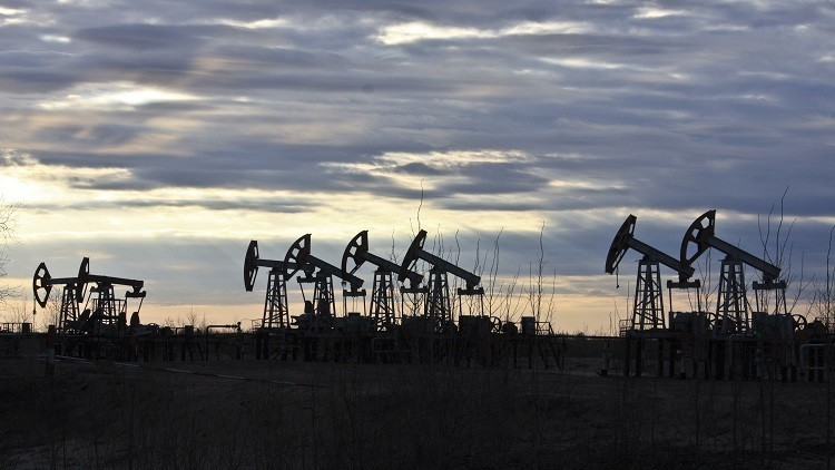 النفط يستهل تعاملات الأسبوع متراجعا