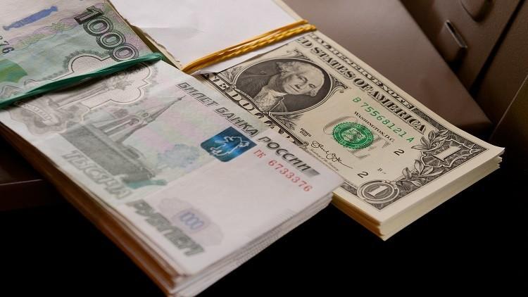 الدولار يتراجع مقابل الروبل .. واليورو يرتفع