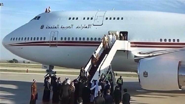 فيديو.. حاكم دبي محمد بن راشد آل مكتوم يتعثر على سلم الطائرة في عمان