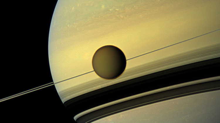 تفاصيل جديدة حول أغرب قمر في النظام الشمسي