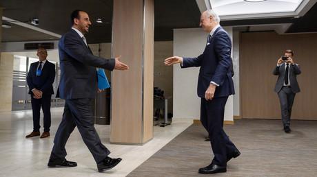 لقاء المبعوث الدولي الخاص إلى سوريا ستيفان دي ميستورا مع رئيس وفد الهيئو العليا للمفاوضات (المعارضة السورية) في جنيف، في  27 فبراير/شباط 2017.